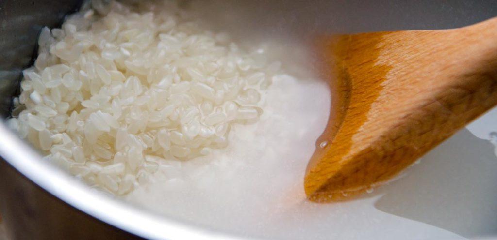 Sushireis wird ordentlich gewaschen